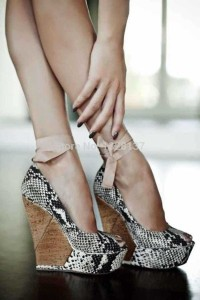 high-heeled shoes with reptile pattern