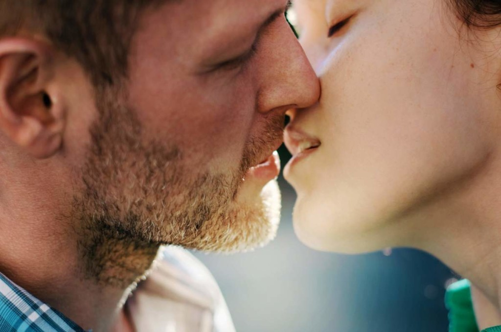 to arouse a man while kissing