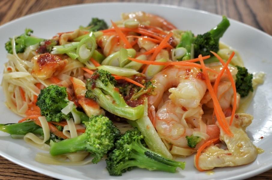 Fried noodles with seafood and broccoli