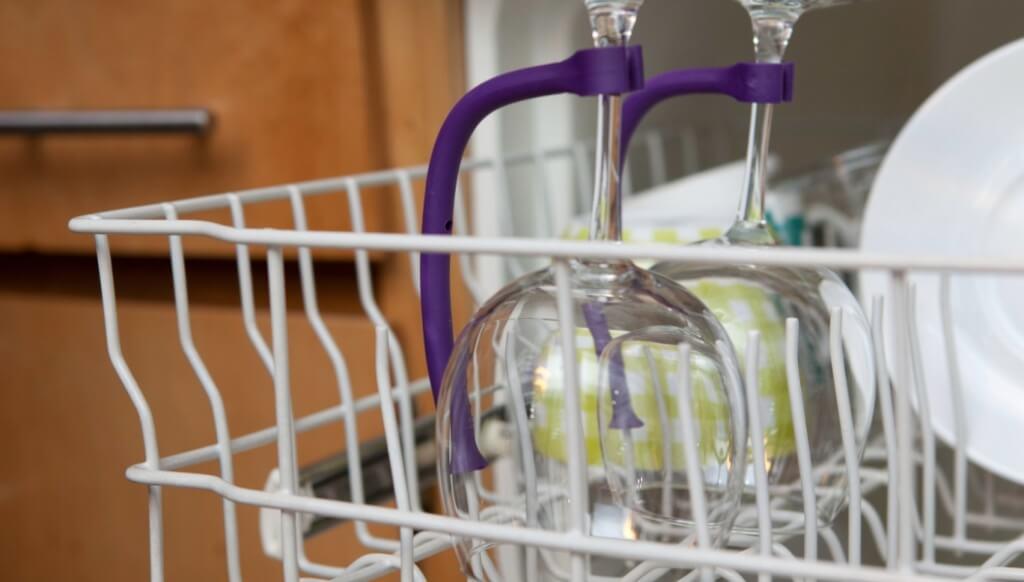 Regulator to wash glasses in a dishwasher